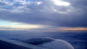réacteur d'avion et ciel en fin de journée