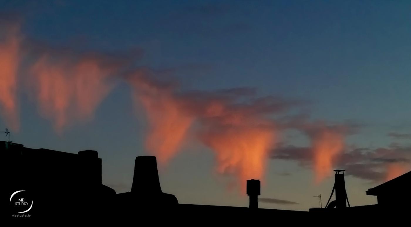 Soirée d'été | toitures, cheminées – et nuages bien particuliers