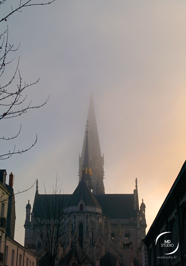 clocher de St Nicolas, Nantes un après-midi de brouillard en heure dorée