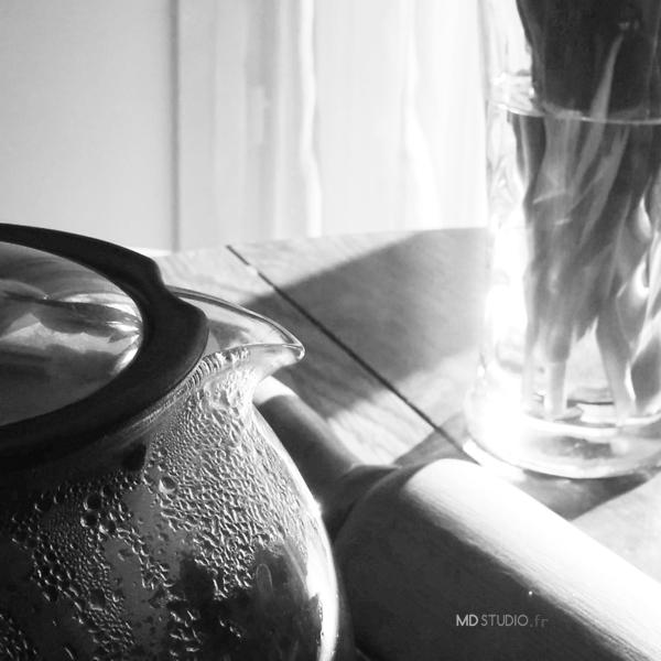 Éclat de lumière, reflet sur verre, scène quotidienne