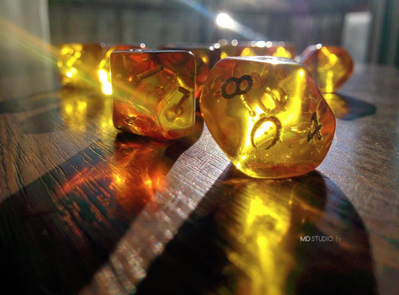 Éclat de lumière, reflet de dés ambrés, dés 10 jeu de rôle