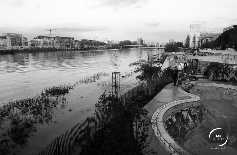 Vue en noir et blanc au dessus des berges inondées | SkatePark à Nantes