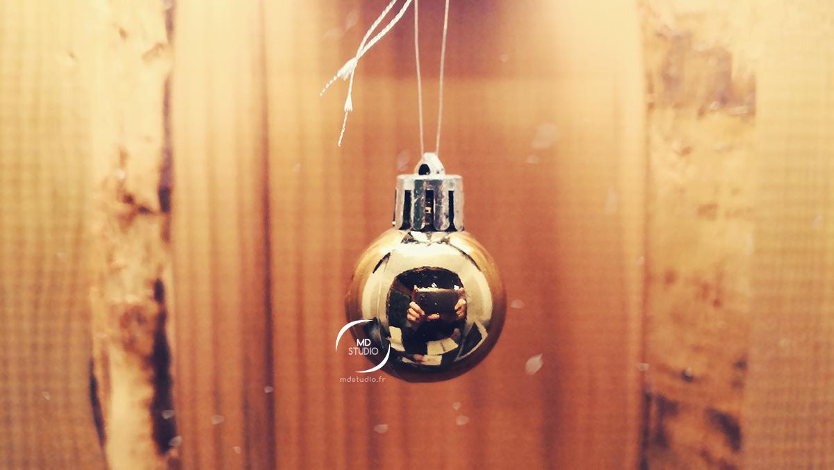 Reflet de carnet dans une boule de Noël et lambris | photo