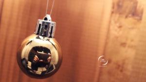 Reflet de carnet dans une boule de Noël et lambris | photo MDstudio