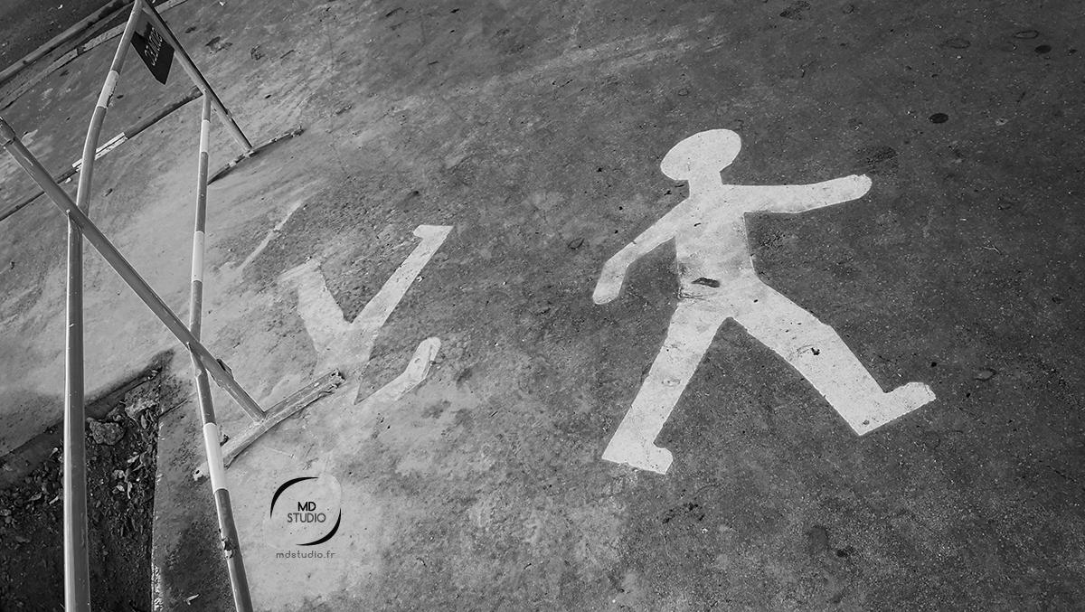 symbole de piéton sur le béton | photo MD studio