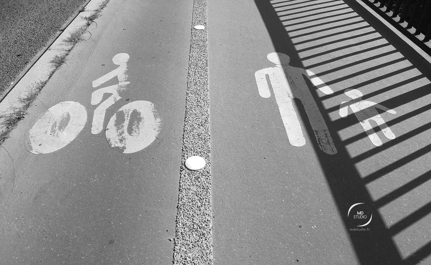 photo MDstudio | photographie en noir et blanc | bitume, accotement, symbole cycliste et piéton