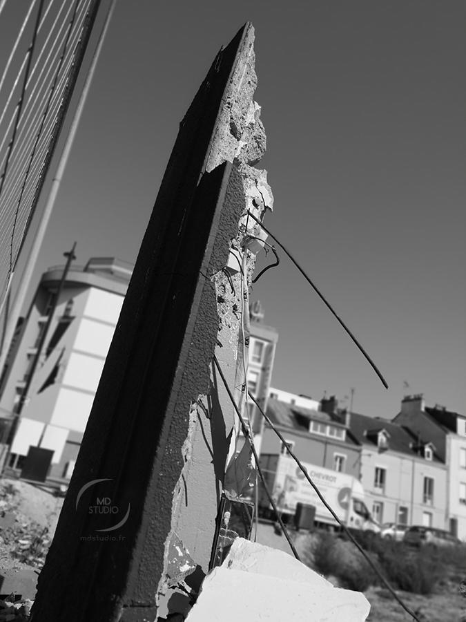 Le monolithe de la ville et son parterre de gravas