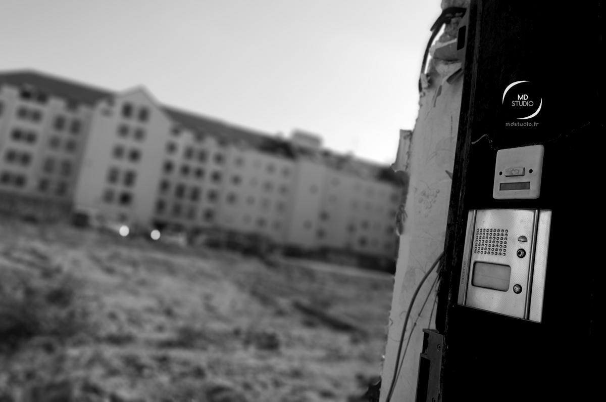 Un interphone relié au néant sur un chantier