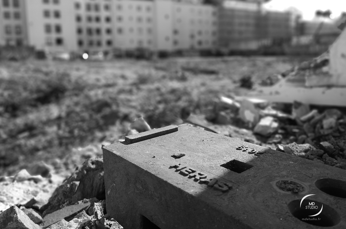 un pavé de construction, chantier de l'ancien Wilton, au pied de l'interphone esseulé